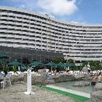 ガーデンプールから見たホテル