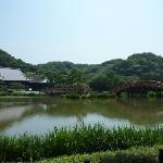 池に架かる平橋と反橋