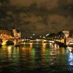 Uno de los tantos puentes en París....igualito que el mapocho jaja