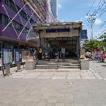 Fachada do shopping anexo ao hotel e estação de metrô