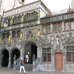 Heilig Bloedbasiliek (Basilica of the Holy Blood) 這聖殿建於公元1149年, 收藏了染有耶穌聖血的布, 1923年由教堂升格為聖殿.