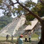 al fondo el templo de las incripciones, mejor conocido como la Tumba del Rey Pakal,  a  un costa