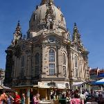 這天的聖母教堂前廣場化身成為諾大的葡萄酒莊。許多附近的酒莊前來推銷自己得意的作品。 However, due to city festival, the square in front of