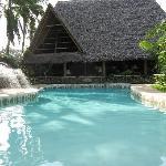 piscina con vista su ristorante
