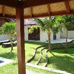 au fond:partie chambre ouvrant sur jardin & piscine