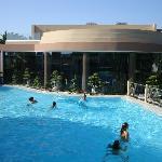 una delle piscine ed il ristorante