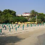 Spiaggia, gli ombrelloni gialli sono dell'Hotel