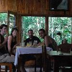 Desayunando en el acogedor comedor con vistas al bosque...