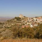 Vista general del pueblo, hostal y alrededores