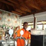 Babacar, el Barman del Bar Azul