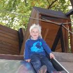 Silas får en rutsjetur på legepladsen i Berlin Zoo