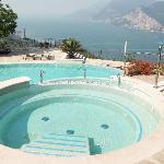 la piscina con vista sul lago