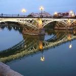 El puente de TRiana, Sevilla, otro emblematico simbolo de la ciudad. Dicen que el arquitecto fue