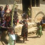 Bambini in un villaggio interno