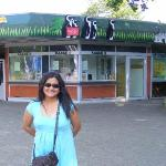 Happy, puas, senang dan gembira .. Ke kebun binatang melihat binatang binatang lucu membuat hati