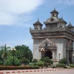 Patuxai, una copia dell'arco di Trionfo costruita dai Francesi poi dai laotiani modificata sulla