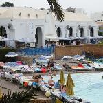 la piscine principale et le restaurant l'Oasis
