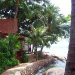 Rocky's ligger precis vid kusten bland vackra klippor och en fin privat strand.