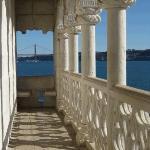 Loggia renascentista da torre de Belém. No fundo pôde-se ver o Ponte do 25 de Abril. Belém. Lisb