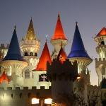 Das Excalibur Hotel in Las Vegas. Das einzig nicht künstliche auf dem Foto ist die Mondsichel üb