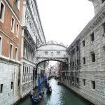 Ahlar köprüsü Mahkumlar soldaki adalet sarayından sağdaki hapishaneye bu köprüden geçerlermiş v