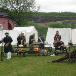 一堆保衛Helsinki的士兵唔打仗, 而在野餐.