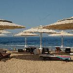 La spiaggia e i lettini con paravento