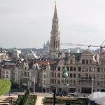 Brussel-pohled na centrum města s radniční věží od královského paláce