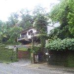 Las casa metidas en plena selva....claro que les encargo la humedad..., nov 2006
