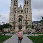 在比利時, 米歇爾大教堂前