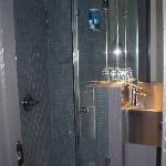 geräumiges neues Duschbad