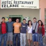 Foto de nuestro grupo con Aziz (lo mejor del albergue)