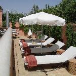 Bains de soleil en terrasse avec la vue à 360° sur Marrakech
