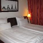部屋。ベッドは普通のシングル×2