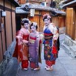 Maikos posando en Gion, Kyoto