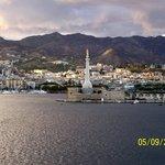 Il porto e la Madonna della Lettera (uno dei simboli della città)