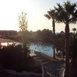 la piscina vista dal ristorante a tema