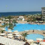 la piscina del hotel vista desde la habitaciòn