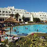 vue piscine et arrière de l'hôtel