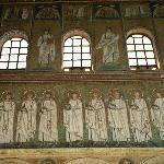 貢物を手にした26人の殉教者が、テオドリック王の宮殿からキリストのもとに向かう図