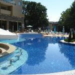 big clean pool (with bar, jacuzzi & big water fountain)