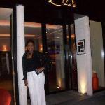 Devant L'Hotel Le Six