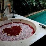la piscina e la vasca della suite Alamanda