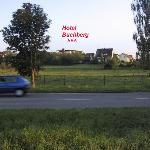 Hotel von der Hauptverkehrsstraße zwischen Markdorf und Salem her gesehen