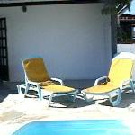 terraza de 10 x 5 m. aprox con picina , mesa y sillas platicas y reposeras privadas