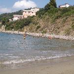 La spiaggia libera del porto e, in lontananza, il villaggio Hydra
