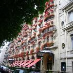 Hotel Plaza Athenee 從Champs-Elysées的圓環往塞納河方向走,在CD的對面。很喜歡她非常巴黎外觀。