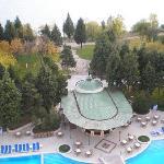 Blick auf Pool und Park