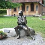 Sherlock Holmes en agter die standbeeld is die museum in Meiringen
