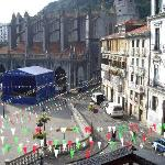 vista de la plaza de lekeitio desde el hotel